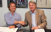 Guillermo Padriosa (MGC) i Guillaume de Bode (CEE) signant l'acord