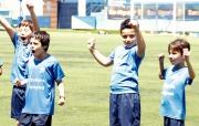 Nens del Campus d'Estiu celebrant amb èxit un exercici
