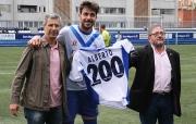 Alberto mostra la seva samarreta amb el 200 a l'afició